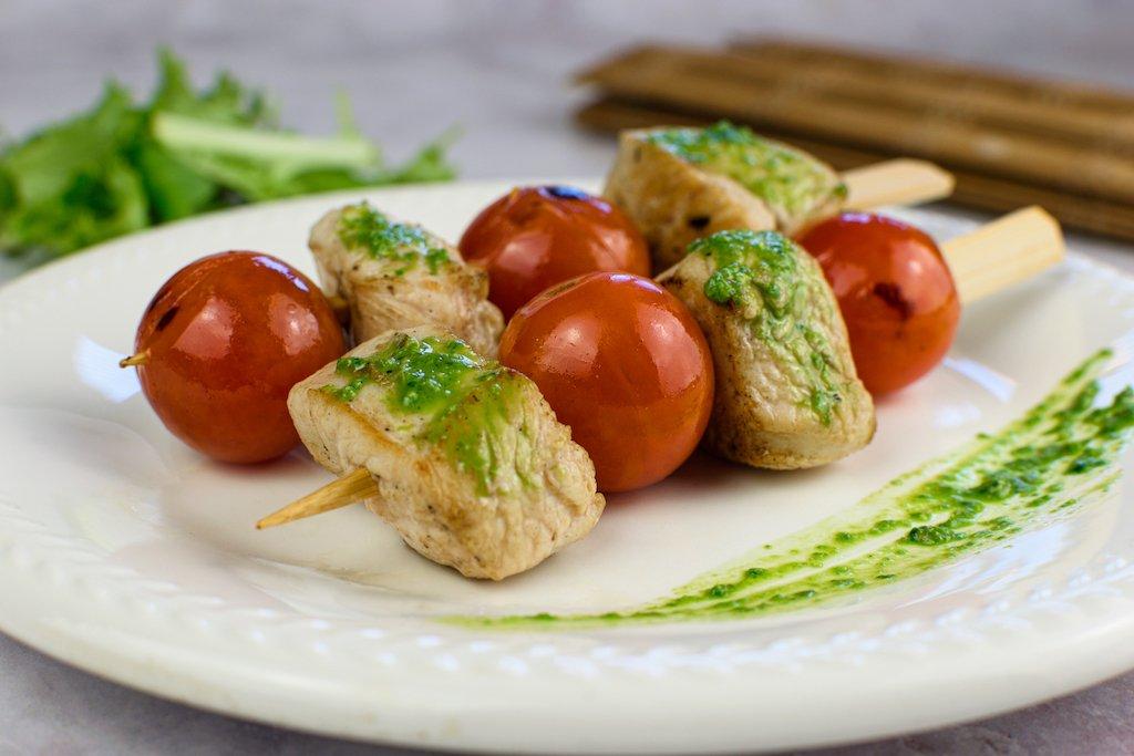 ACOMPAÑAR Brochetas de pollo con tomatitos