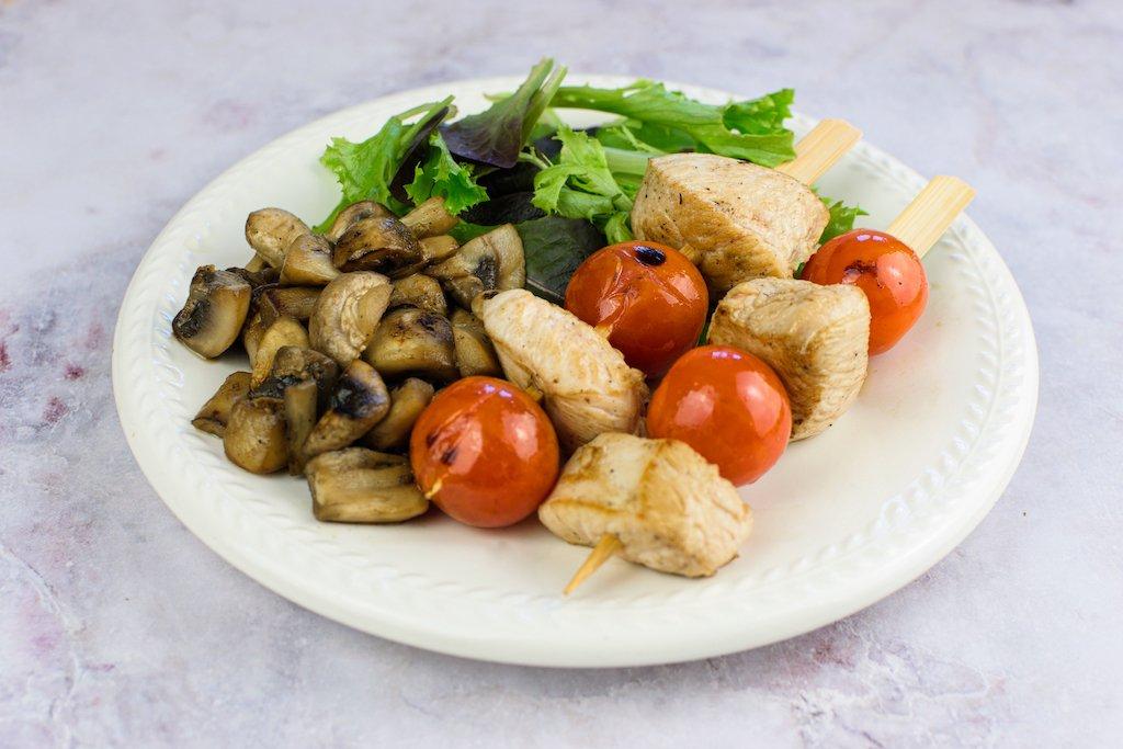 Brochetas de pollo con champiñones salteados y ensalada