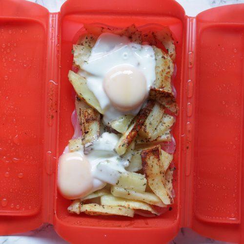 Huevos rotos con patatas al microondas