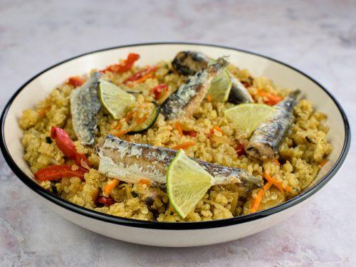 Quinoa salteada con verduras y sardinas