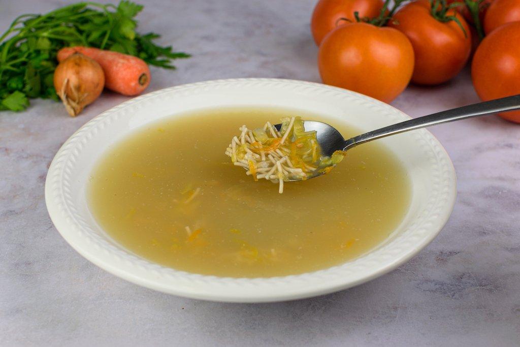 Sopa con fideos y verduras