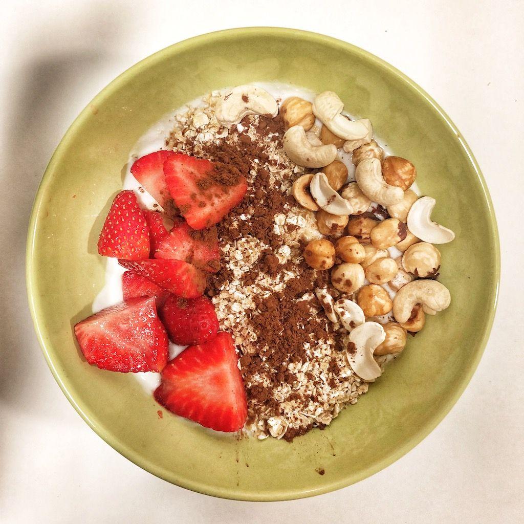 Yogur natural con cacao, canela, fresas y anacardos