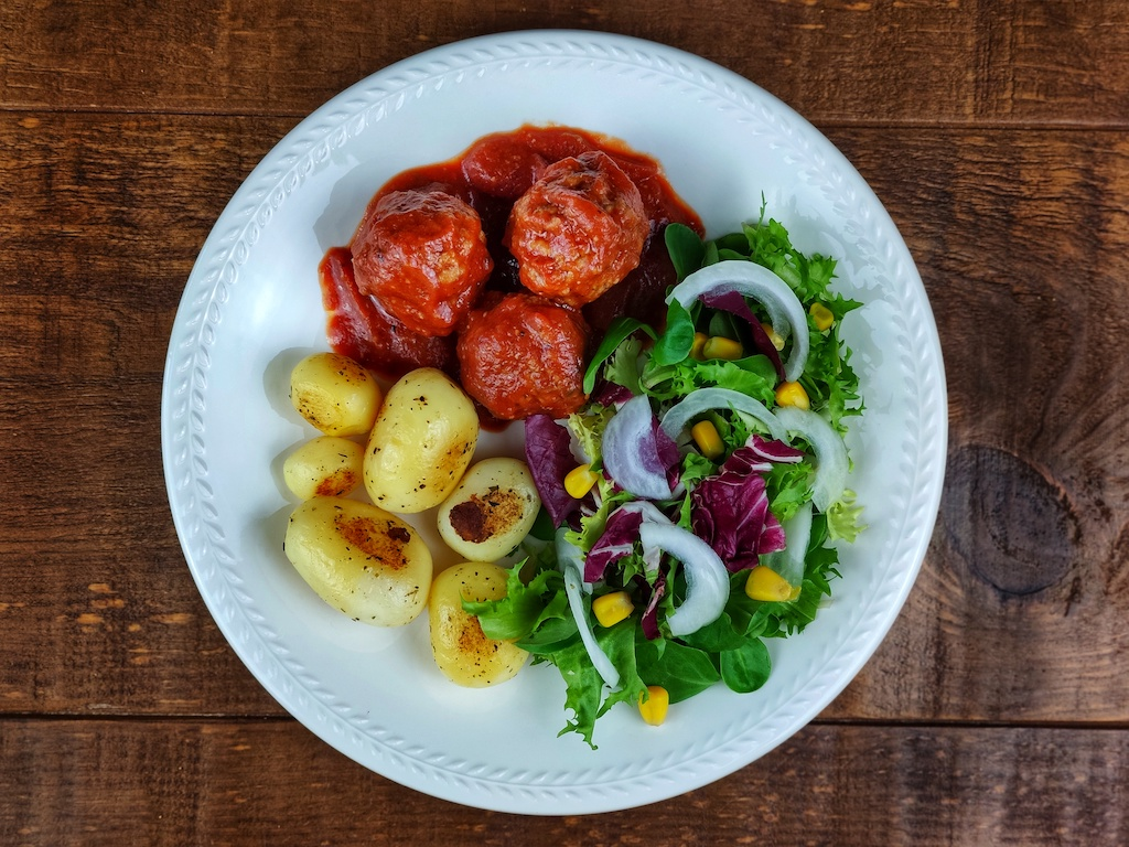 albondigas salsa tomate patatas ensalada