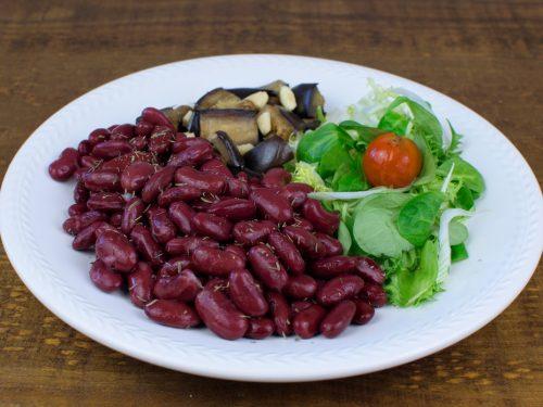 alubias rojas salteadas berenjena almendras ensalada