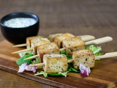 brochetas tofu salsa yogur soja