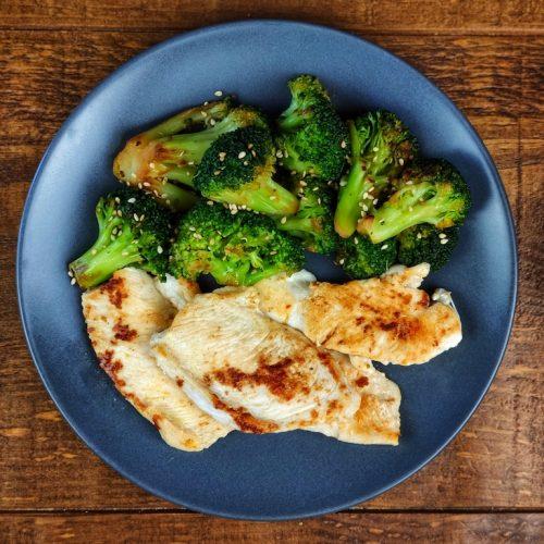 brocoli salteado pechuga pollo plancha