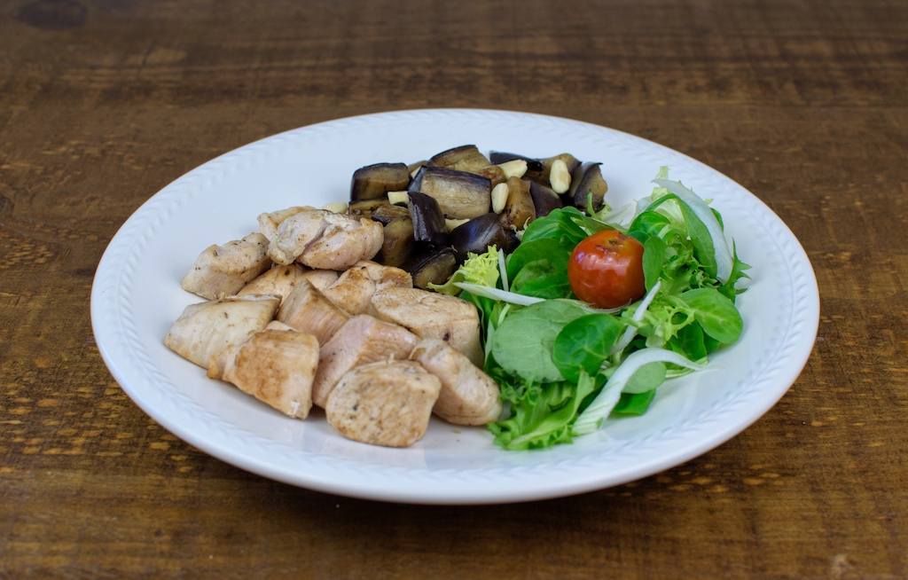 dados pavo salteado berenjena almendras ensalada