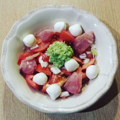 Ensalada de atún, mozzarella y aguacate