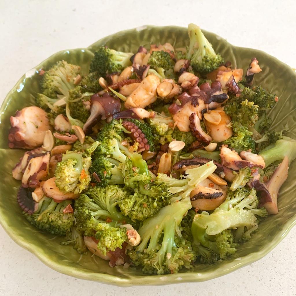Ensalada crujiente de brócoli y pulpo