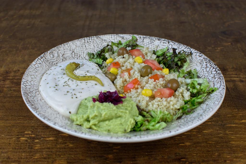 ensalada quinoa guacamole pate alubias blancas