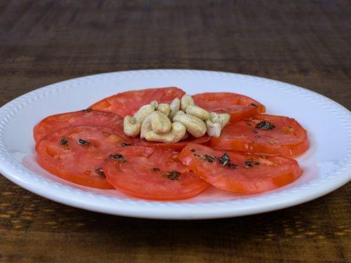 ensalada tomate anacardos aceite albahaca