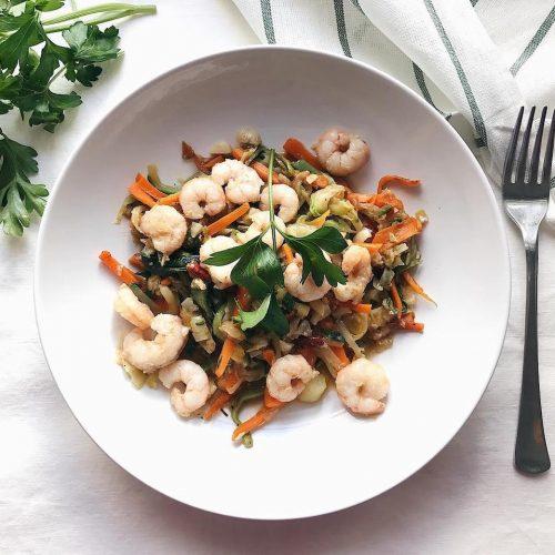 Espaguetis de calabacín y zanahoria con gambas al ajillo