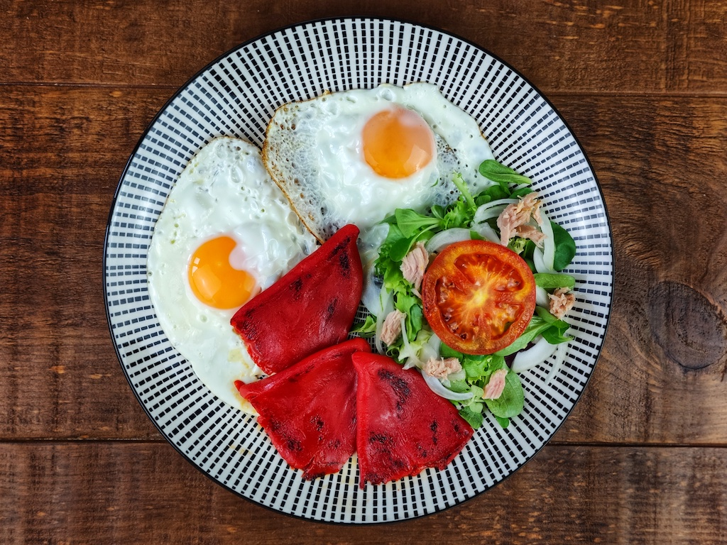 huevos plancha pimientos piquillo ensalada atun
