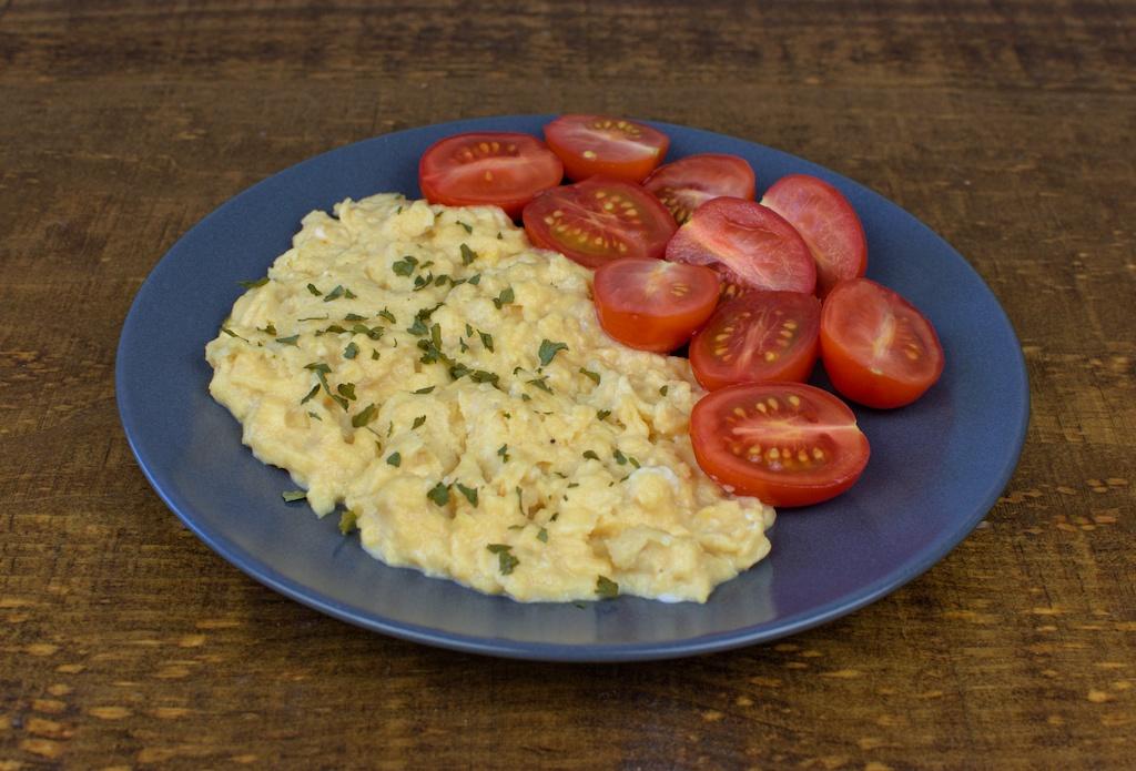 huevos revueltos ensalada tomate cherry