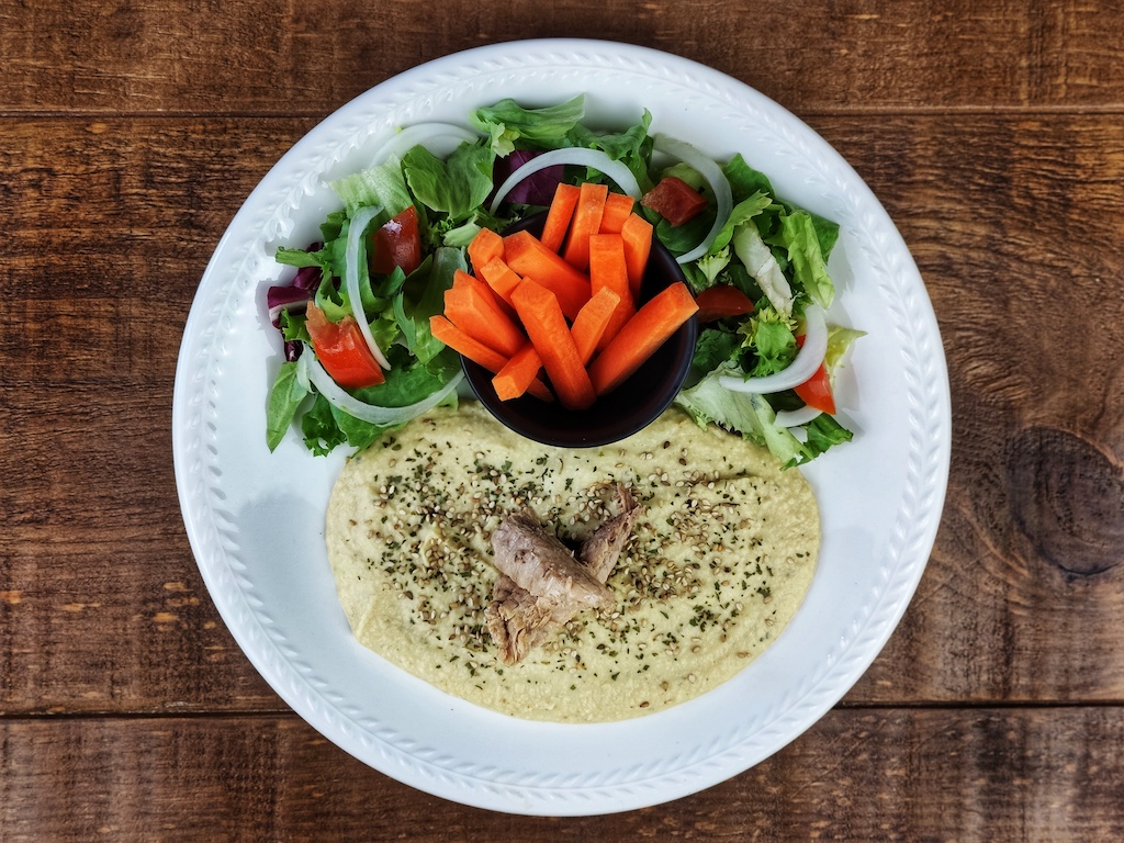 hummus atun acompañado zanahoria ensalada