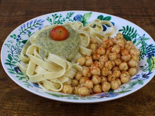 Pasta con salsa de calabacín y garbanzos especiados