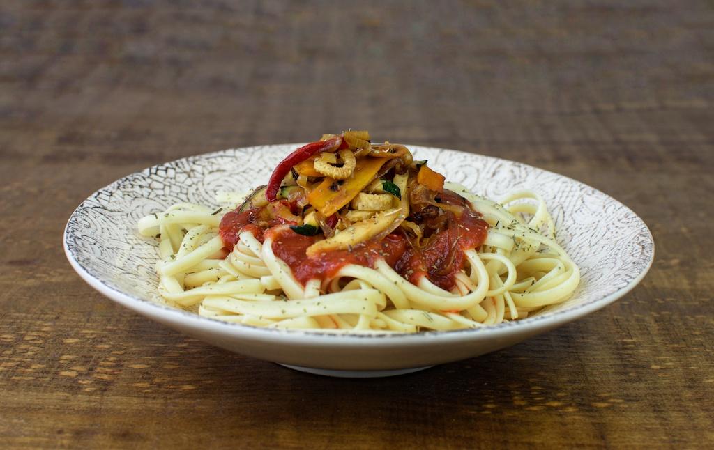 pasta salsa tomate verduras atun