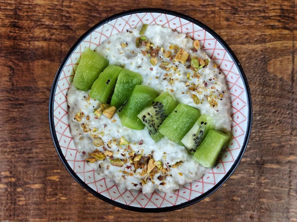 porridge avena kiwi pistachos