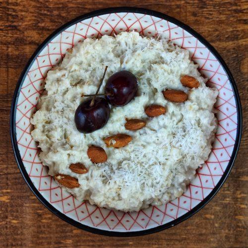 porridge cerezas coco almendras yogur