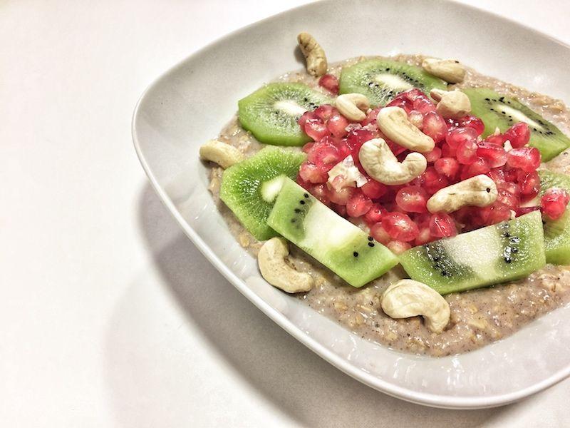 Porridge de avena con granada, kiwi y anacardos