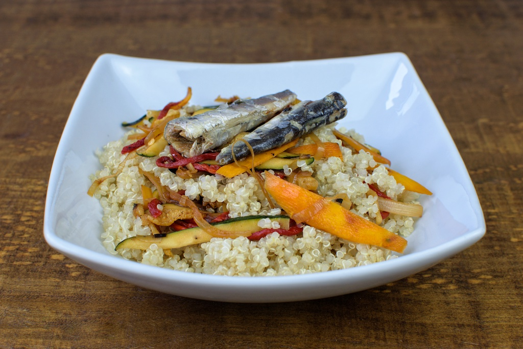 quinoa salteada verduras sardinas