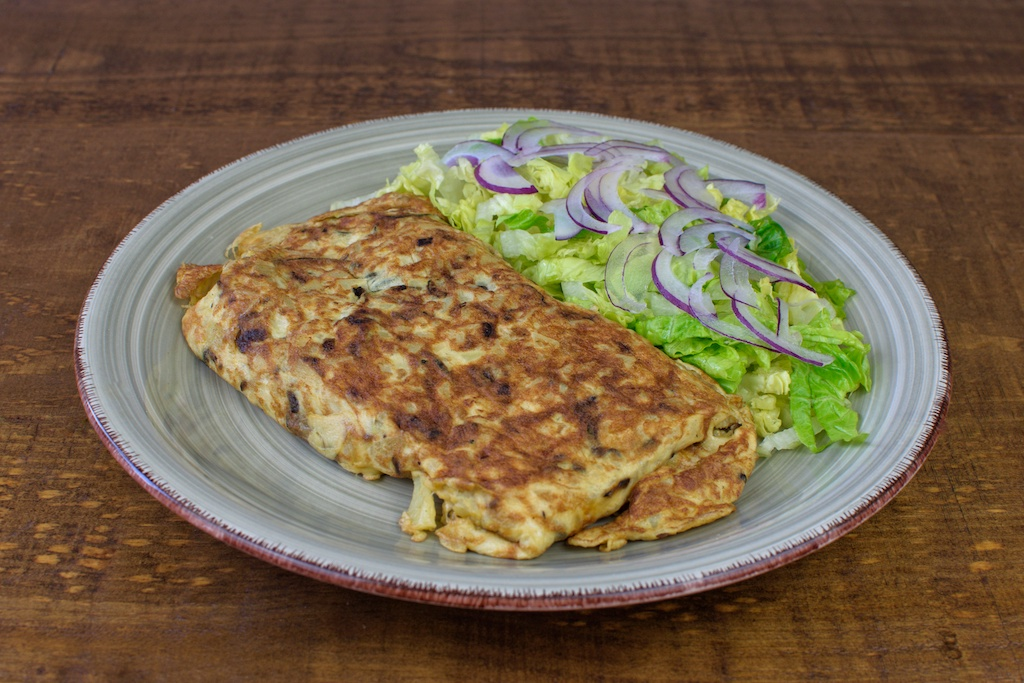 Tortilla de patata, calabacín y cebolla morada con ensalada
