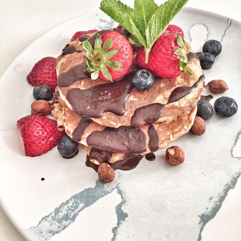 Tortitas de avena y plátano con fresas y chocolate