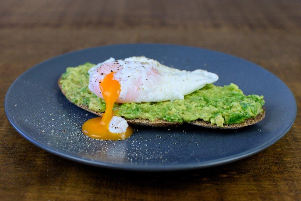 tostada aguacate huevo escalfado