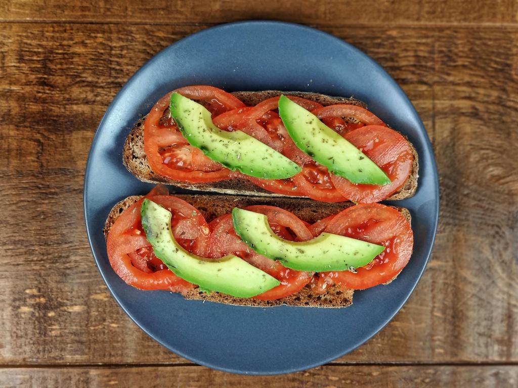 tostada aguacate tomate