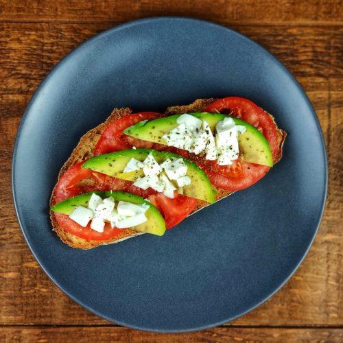 tostada ajo aguacate tomate queso fresco