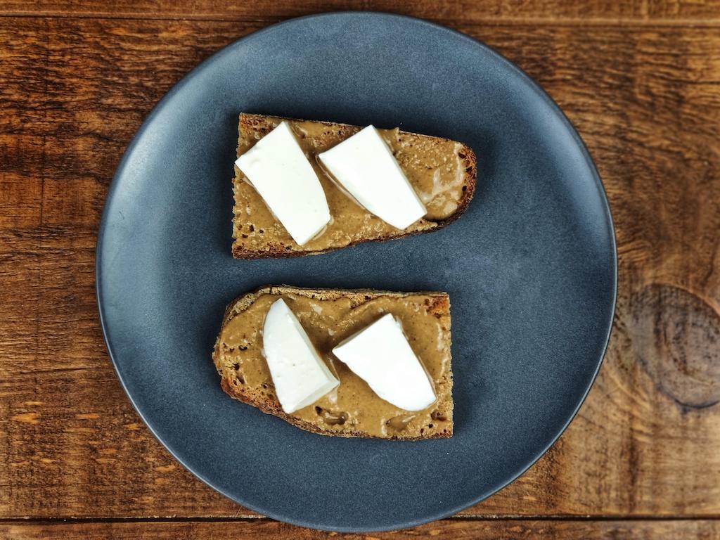 tostada crema cacahuete queso fresco