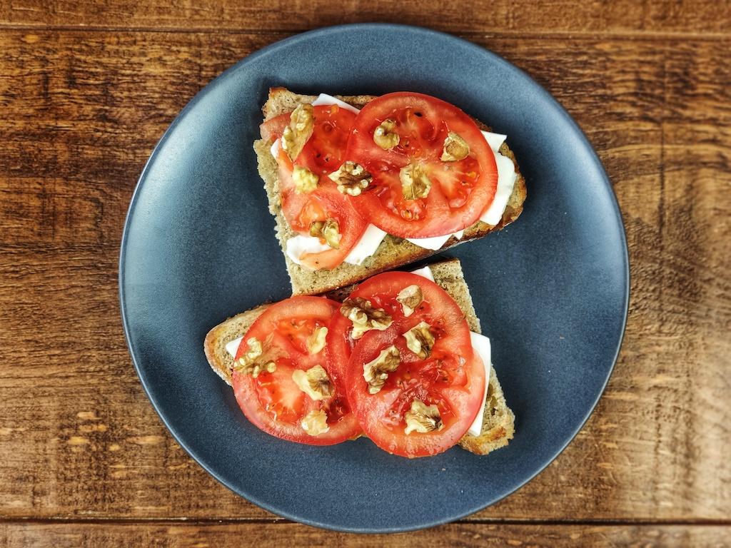 tostada queso fresco tomate nueces