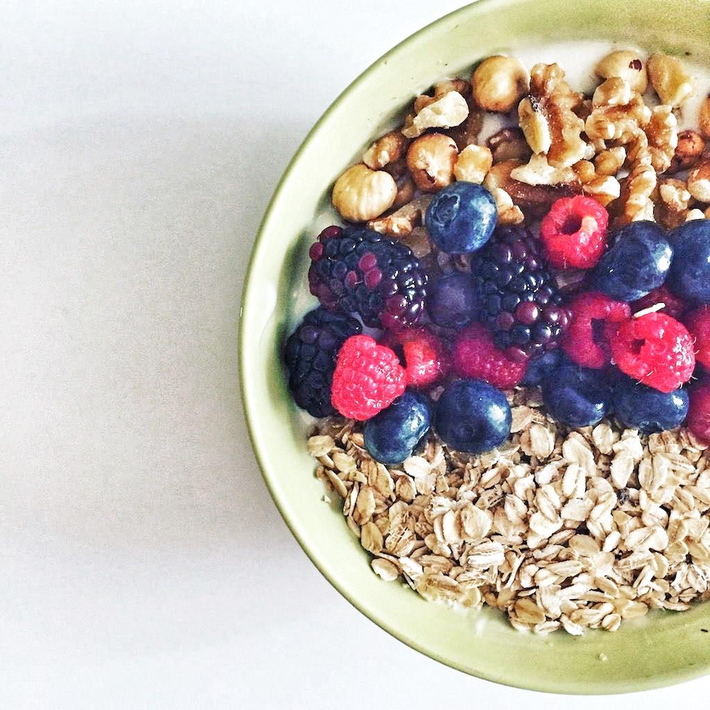 Yogur con avena y frutos rojos